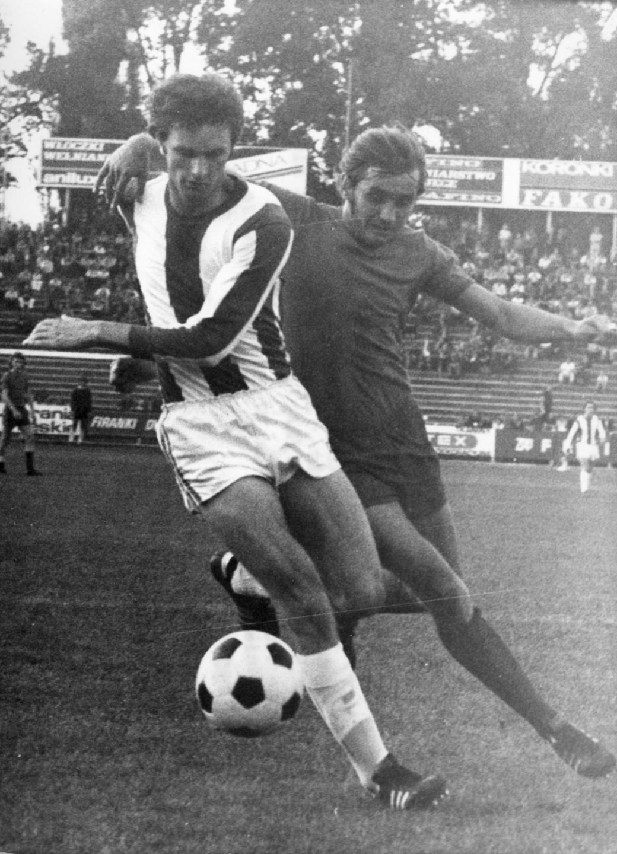 Władysław Żmuda (po lewej) w ligowym meczu w barwach wrocławskiego Śląska. W tej sytuacji ściga się z piłkarzem Widzewa Łódź, a więc klubu, którego szeregi zasilił kilka lat później.