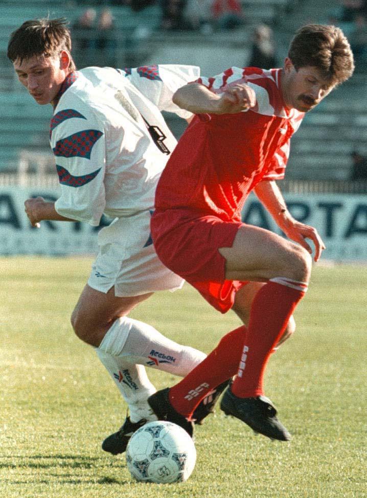 Najmniej znany z Lewandowskich, którzy w ostatnich trzech dekadach grali w reprezentacji – Grzegorz. Pomocnik warszawskiej Legii zagrał w koszulce z orłem na piersi pięć razy, mecz z Rosją był na tej liście przedostatni. Tu w starciu z nieżyjącym już Ilją Cymbalarem.