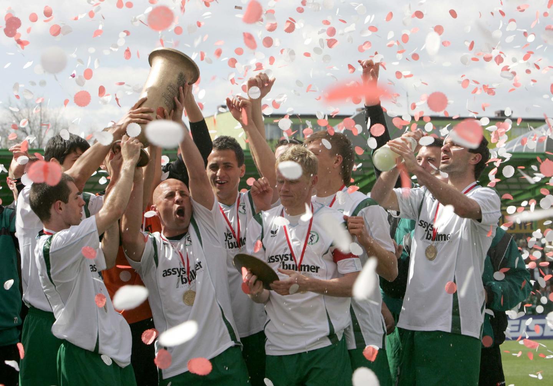 Bełchatów, 1 maja 2007 roku. Piotr Rocki (trzeci od lewej) świętuje z kolegami z Groclinu Dyskobolii zdobycie Pucharu Polski. W finale zespół z Grodziska Wielkopolskiego pokonał Koronę Kielce 2:0.