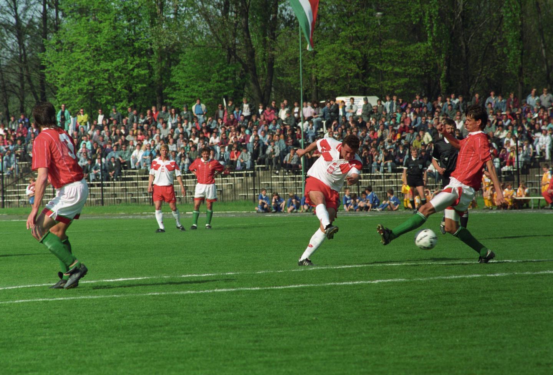Wojciech Kowalczyk strzela na bramkę węgierską podczas towarzyskiego meczu w Krakowie w 1994 roku.