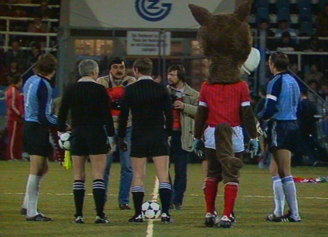 Taki widok zdarza się nieczęsto. W meczu Szwajcaria – Polska w roli kapitanów wystąpili bramkarze: Józef Młynarczyk (pierwszy z lewej) i Roger Berbig. Każdy z nich musiał raz sięgnąć po piłkę do siatki.