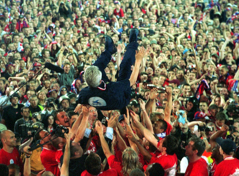 Późną wiosną 2004 roku Henryk Kasperczak był noszony na rękach przez piłkarzy i kibiców krakowskiej Wisły po zdobyciu kolejnego tytułu mistrza Polski. Kilka miesięcy potem został jednak zdymisjonowany. Oficjalnie: z powodu nie zaakceptowania nowych zasad współpracy zaproponowanych przez działaczy Białej Gwiazdy.