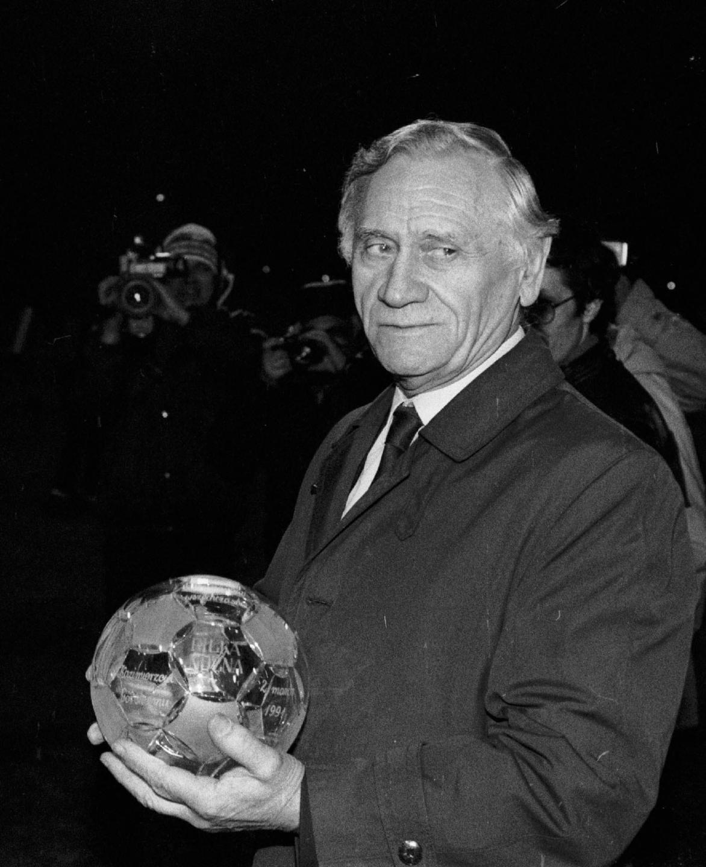 Kazimierz Górski z kryształową piłką.