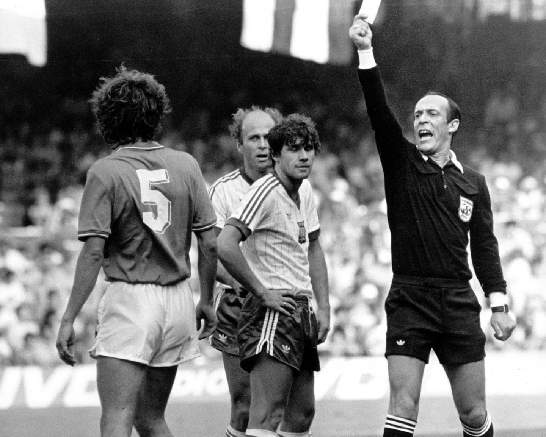 Szelmowski uśmiech na twarzy Włodzimierza Smolarka. Na szczęście tym razem nie przyszło mu do głowy, by gwizdnąć sędziemu kartki, dzięki temu arbiter mógł w półfinale mundialu w Hiszpanii upomnieć włoskiego obrońcę Fulvio Collovatiego. Za nimi stoi Grzegorz Lato.