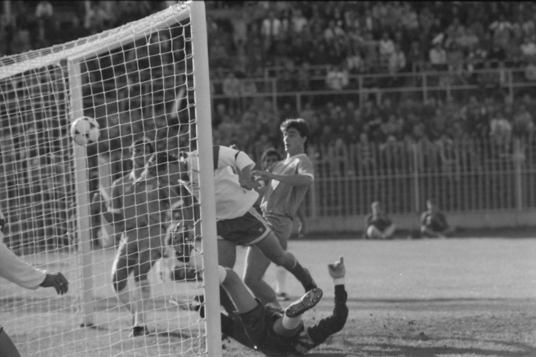Dariusz Dziekanowski pokonał na raty greckiego bramkarza. Napastnik reprezentacji Polski posłał głową piłkę do siatki.