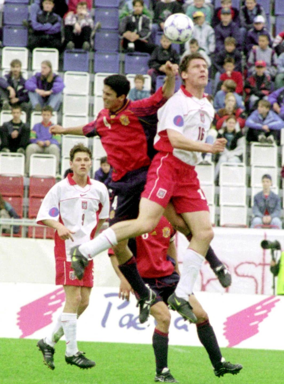 Łukasz Madej przyglądający się skaczącym do główki Mikelowi Artecie i Robertowi Sierantowi.