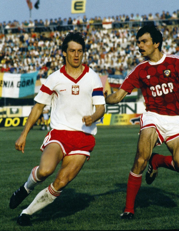 Jan Urban w starciu z piłkarzem radzieckim. Spotkanie towarzyskie Polska - ZSRR w Lubinie, 23 sierpnia 1989.