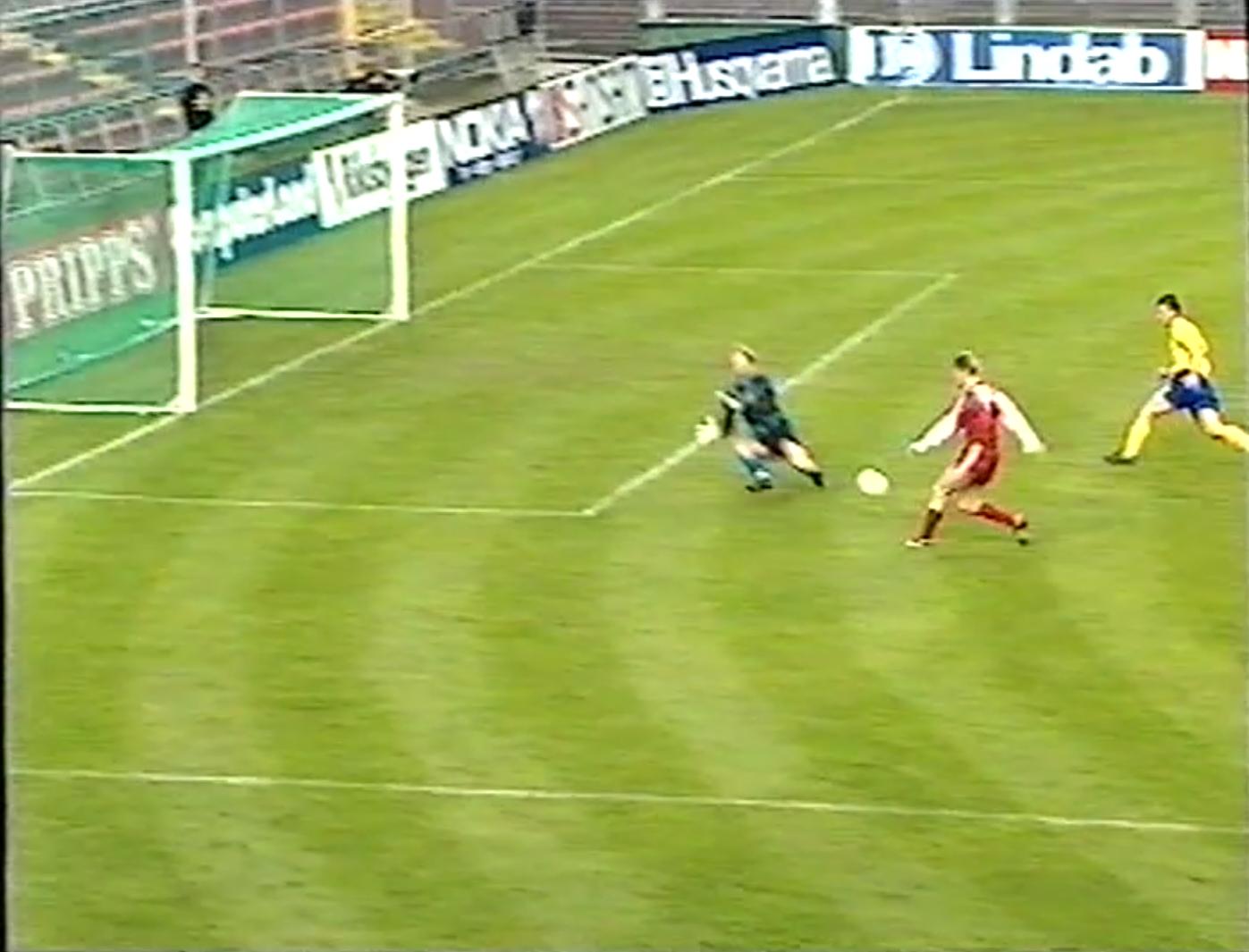 Andrzej Juskowiak zmarnował znakomitą sytuację do zdobycia bramki w pierwszej połowie. Polak przegrał pojedynek z bramkarzem gospodarzy Thomasem Ravellim.