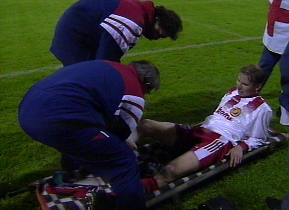 Piotr Szarpak kontuzjowany podczas meczu Widzew Łódź - Atlético Madryt 1:4 (25.09.1996).