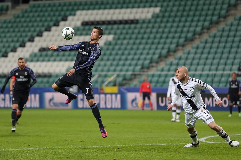 Michał Pazdan i Cristiano Ronaldo podczas meczu Legia-Real w Lidze Mistrzów.