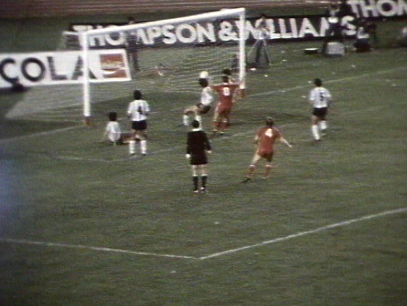 Tak padł wyrównujący gol dla biało-czerwonych. Andrzej Iwan wdarł się na pole karne i zagrał piłkę do Andrzeja Buncola, który znalazł drogę do siatki.