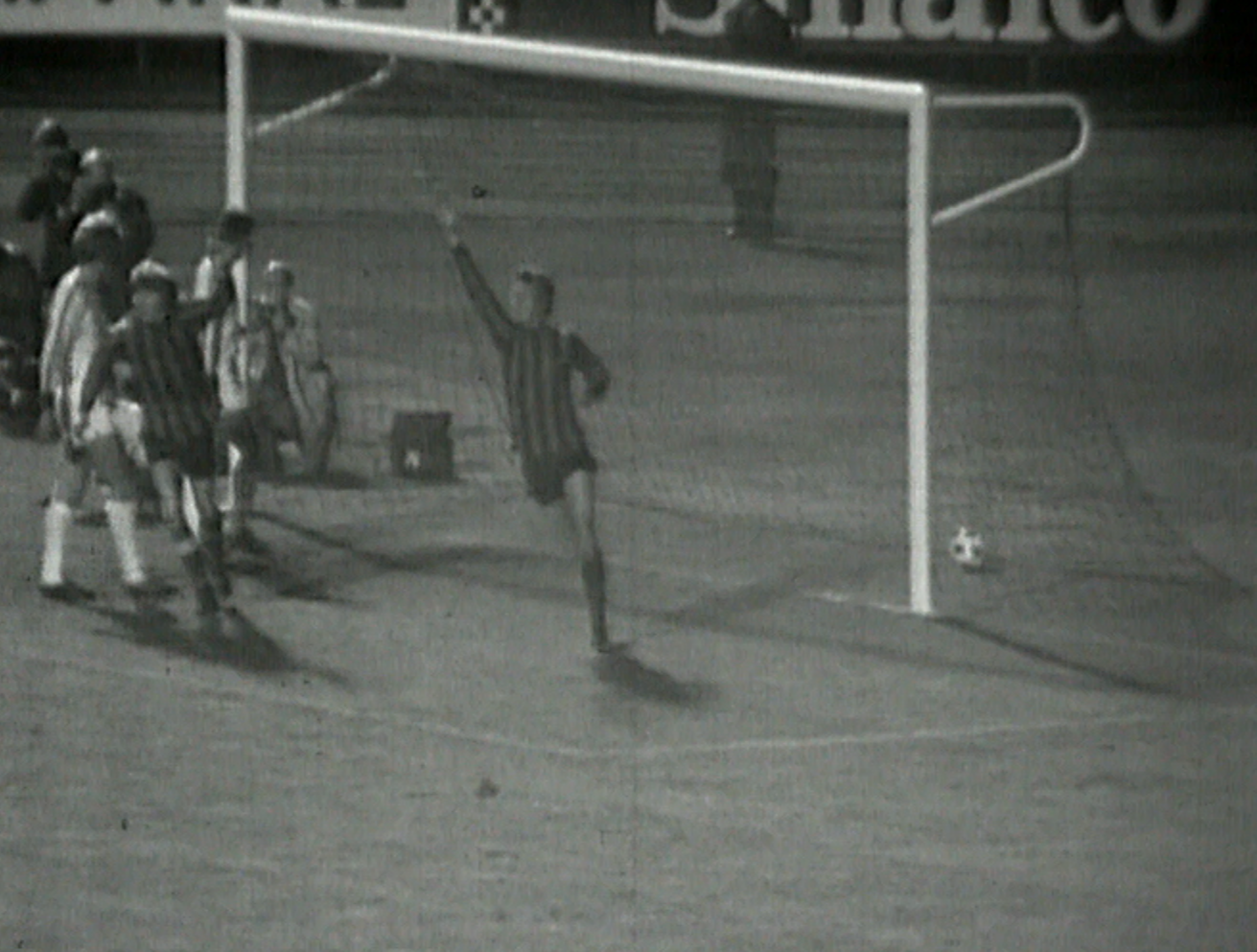 Tak padł pierwszy gol dla The Citizens. Francis Lee wygrał pojedynek na skrzydle z Alfredem Olkiem i z ostrego kąta strzelił na bramkę zabrzan. Hubert Kostka wypuścił śliską piłkę z rąk, co natychmiast wykorzystał Neil Young, posyłając ją do siatki.