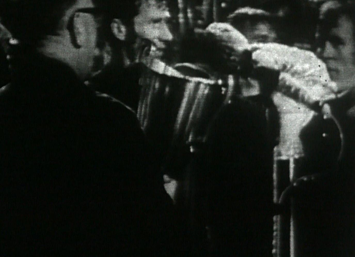 Kapitan Manchesteru City, prawy obrońca Tony Book odbiera puchar po zwycięstwie nad Górnikiem Zabrze.