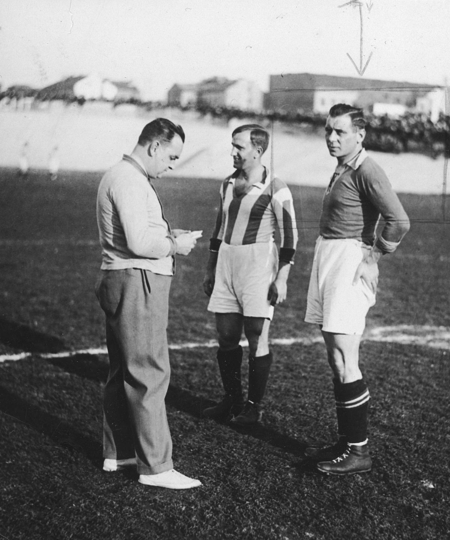 Ligowy mecz Cracovii z poznańską Wartą. Na zdjęciu kapitanowie obu drużyn Wawrzyniec Staliński (pierwszy z prawej) i Józef Kałuża.