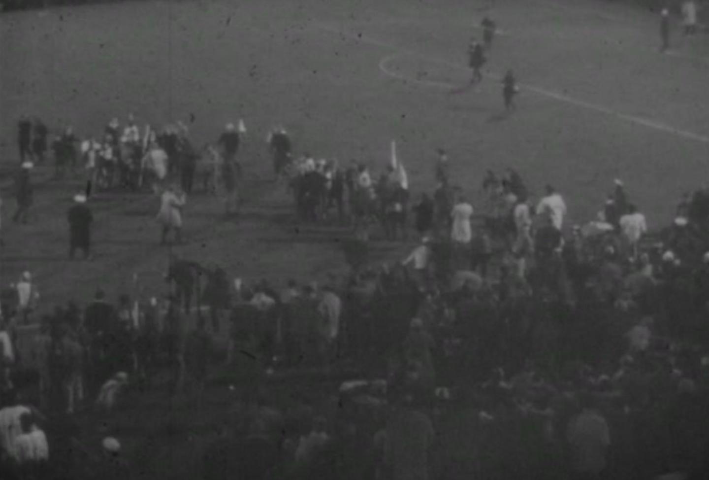 Po ostatnim gwizdku kibice Feyenoordu wbiegli na murawę, aby wyściskać swoich bohaterów. Trzy tygodnie później zespół z Rotterdamu zdobył Puchar Europy, pokonując po dogrywce Celtic Glasgow.