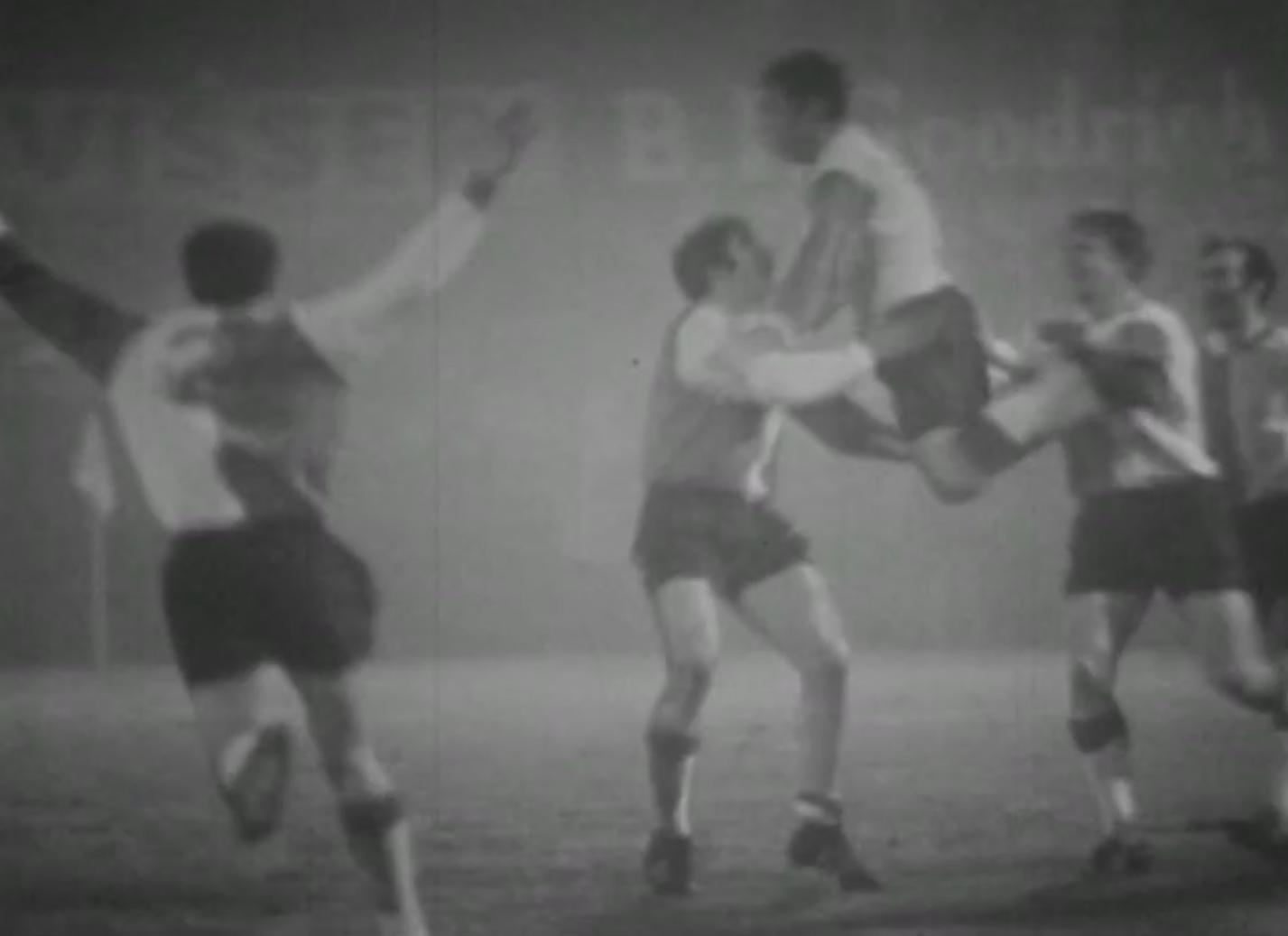 Szalona radość piłkarzy Feyenoordu po zdobyciu drugiej bramki. W efektownym wyskoku Franz Hasil, który popisał się pięknym strzałem z woleja zza pola karnego.