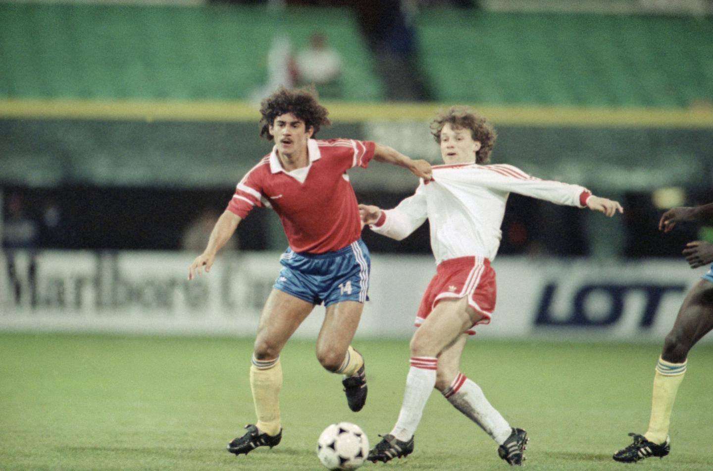 Leonel Alvarez walczy o piłkę z Piotrem Nowakiem