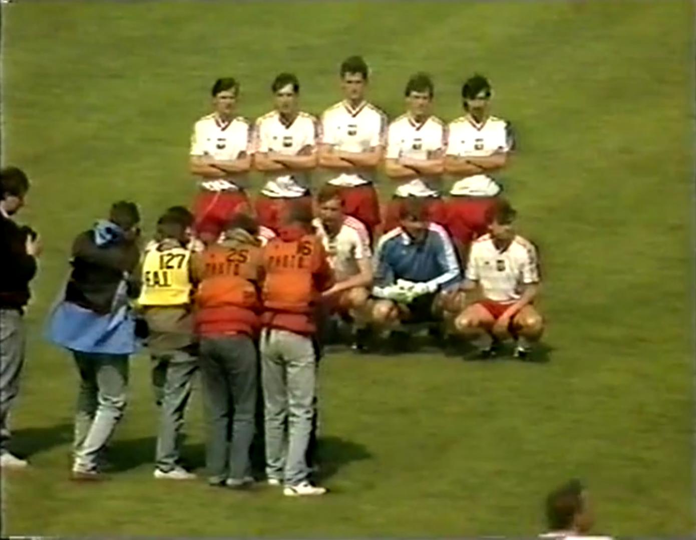 Zdjęcie grupowe reprezentacji Polski przed meczem towarzyskim z Irlandią w 1988 roku.