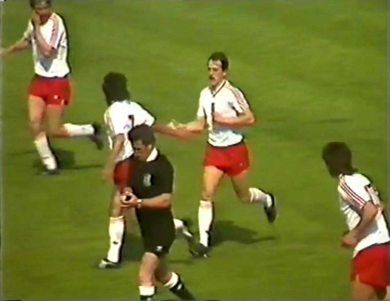 Robert Warzycha odbiera gratulacje od kolegów po strzeleniu honorowego gola w meczu z Irlandią w 1988 roku.