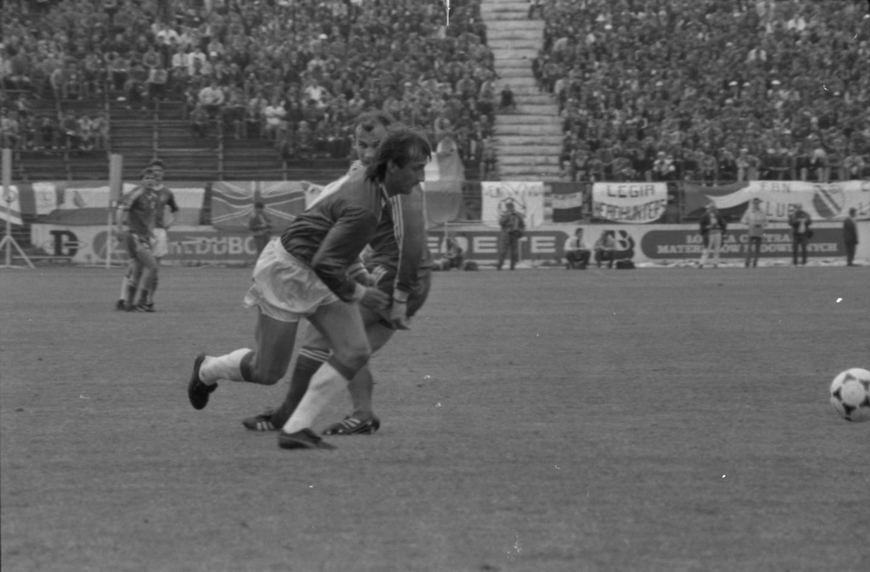 Jarosław Araszkiewicz w akcji na bramkę Legii Warszawa w finale Pucharu Polski 1988.