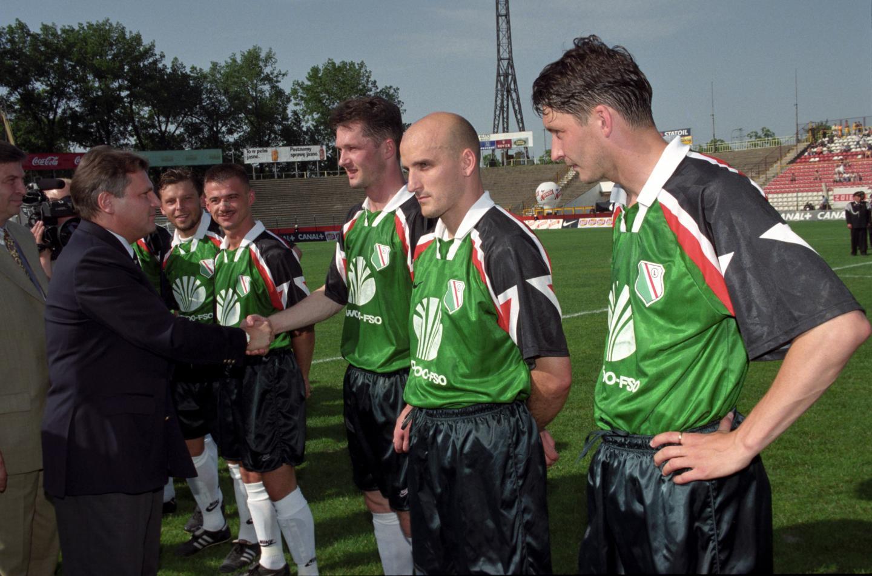 Piłkarze Legii odbierają gratulację od prezydenta Aleksandra Kwaśniewskiego po wygranej z GKS–em Katowice w finale Pucharu Polski w 1997 roku.