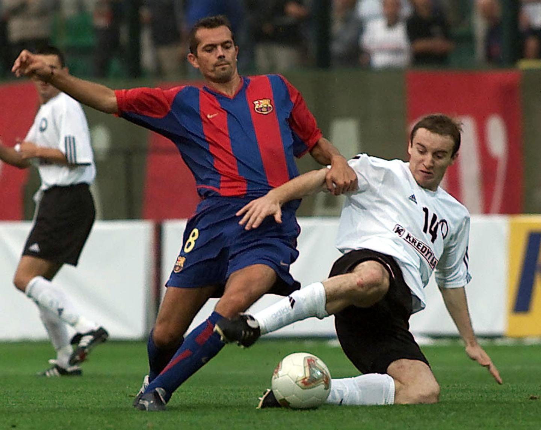 Aleksandar Vuković wślizgiem odbierający piłkę Phillipowi Cocu w meczu Legia – Barcelona w 2002 roku.