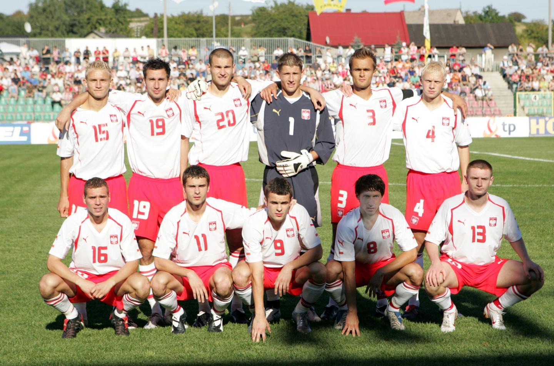 Grupowe zdjęcie reprezentacji Polski do lat 21 przed meczem z Austrią w 2005 roku.