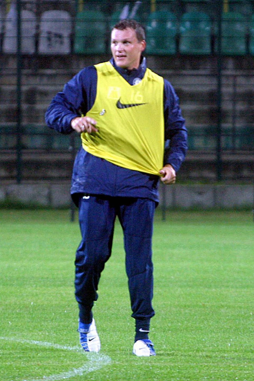 Krzysztof Ratajczyk podczas treningu przed meczem Legii z Austrią Wiedeń w Pucharze UEFA w 2004 roku.