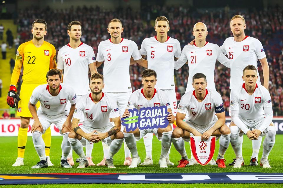 Reprezentacja Polski (w białych strojach) przed meczem z Portugalią.