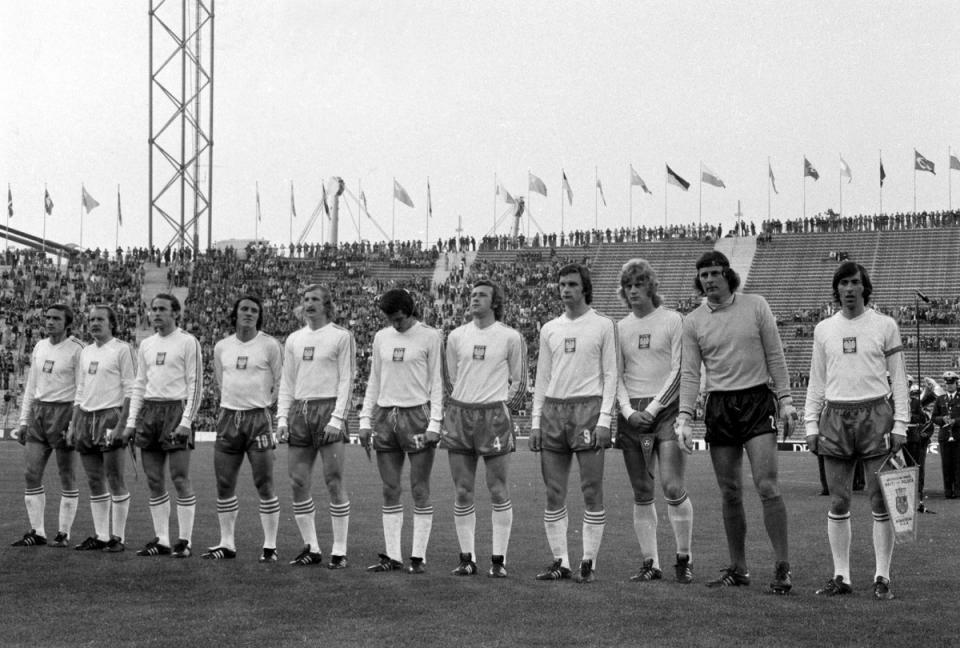 Czarno-białe zdjęcie reprezentacji Polski przed meczem z Haiti na mistrzostwach świata w 1974 roku. Polacy w białych koszulkach i ciemnych spodenkach.