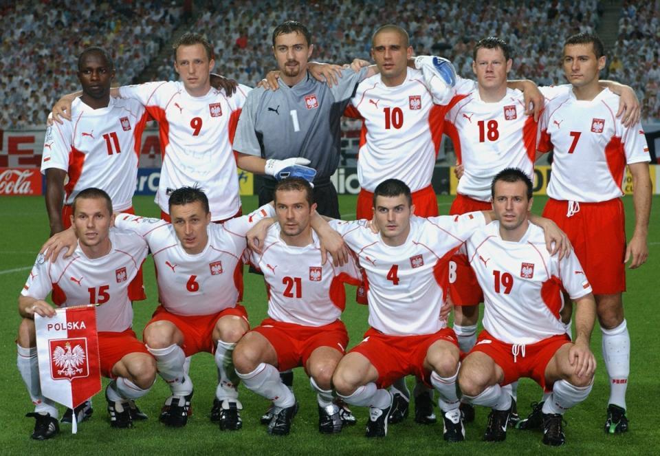 Reprezentacja Polski w białych koszulkach, z czerwonymi wypustkami pod pachami i na rękawach oraz w czerwonych spodenkach.