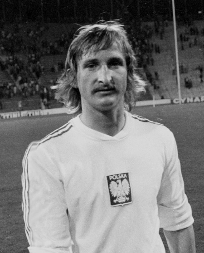 Andrzej Szarmach, napastnik reprezentacji Polski, w białej koszulce z orzełkiem