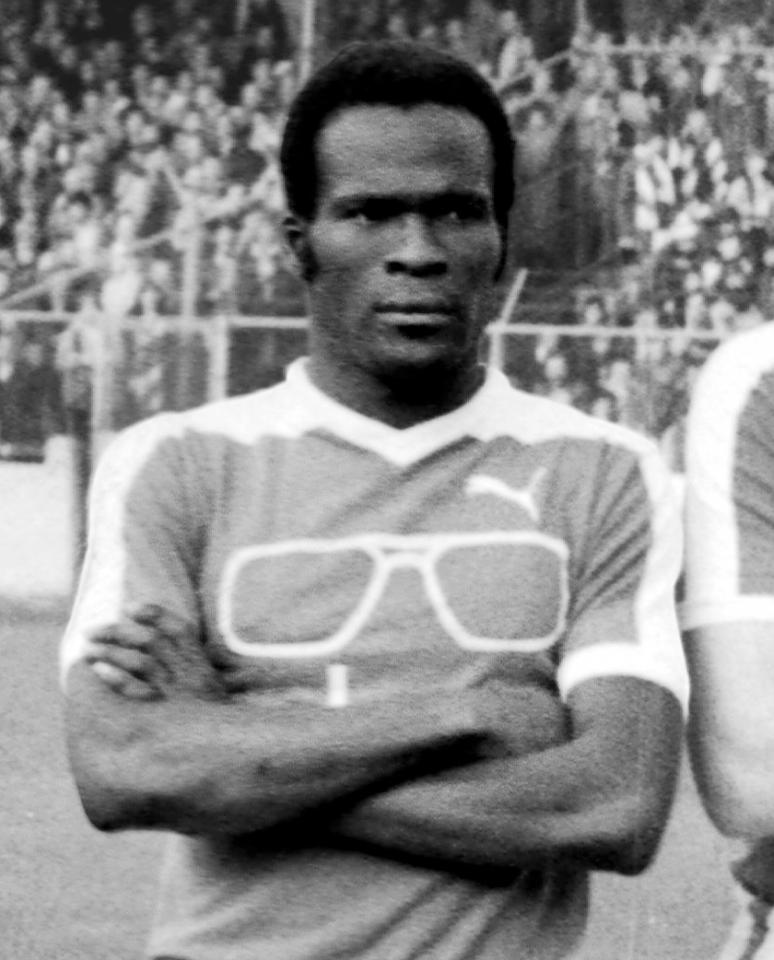 Czarno-białe zdjęcie czarnoskórego napastnika reprezentacji Haiti z 1974 roku - Emmanuela Sanona