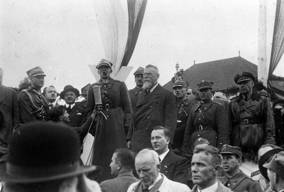 Po zajęciu Karwiny przemawia generał Władysław Bortnowski.