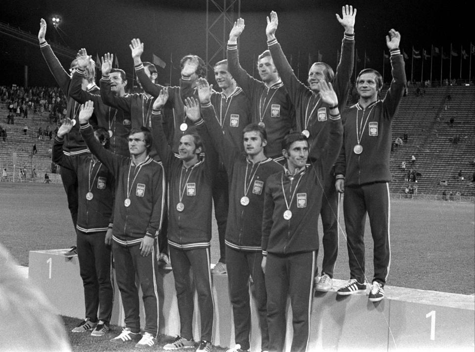 Reprezentacja Polski ze złotymi medalami, w ciemnych strojach, na podium igrzysk olimpijskich 1972.
