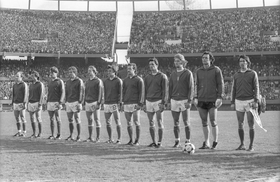 Reprezentacja Polski, w ciemnych bluzach i białych spodenkach, przed meczem z RFN-em na mistrzostwach świata 1978.