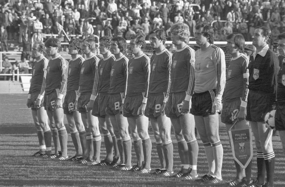 Reprezentacja Polski - w ciemnych strojach - przed meczem z Tunezją na mistrzostwach świata w 1978 roku.