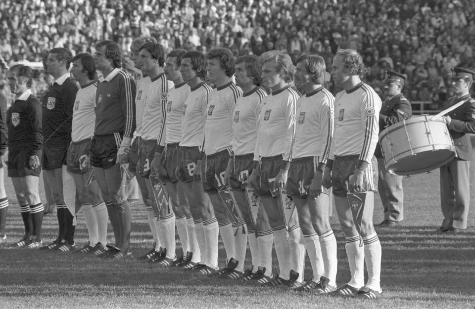 Reprezentacja Polski podczas hymnu przed meczem z Meksykiem.