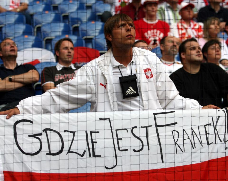 Kibic reprezentacji Polski z biało-czerwoną flagą, na której widnieje zapytanie - Gdzie jest Franek?