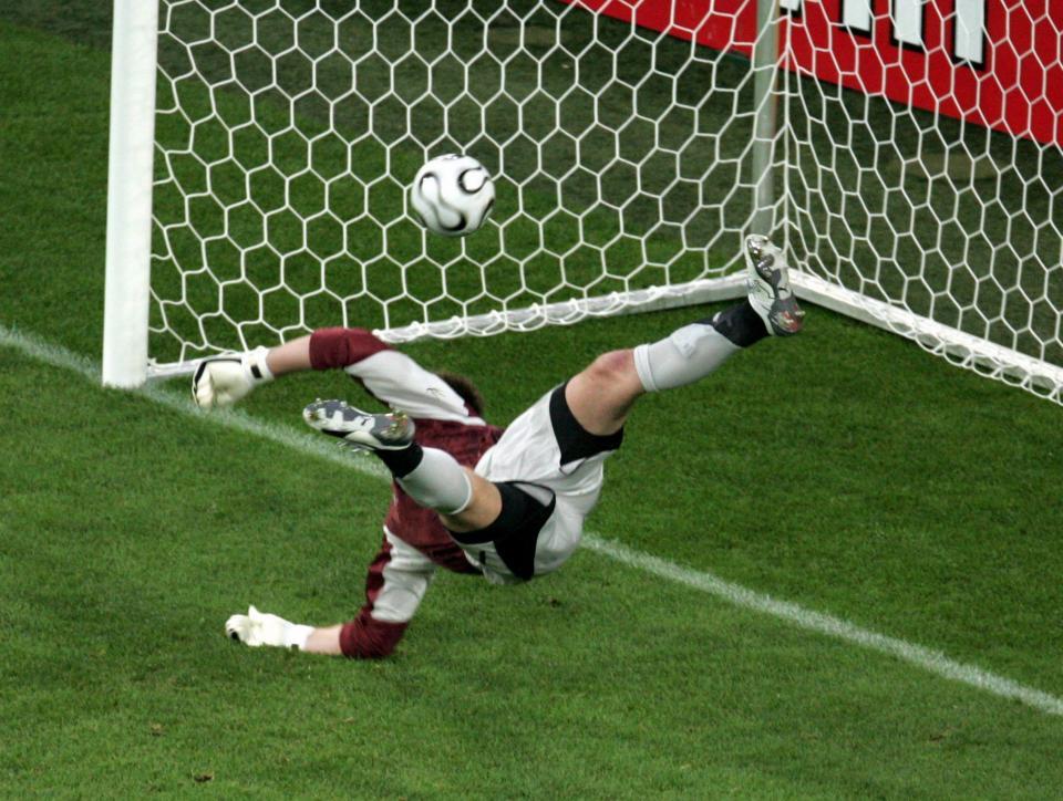 Artur Boruc przepuszcza piłkę do bramki w meczu z Ekwadorem.