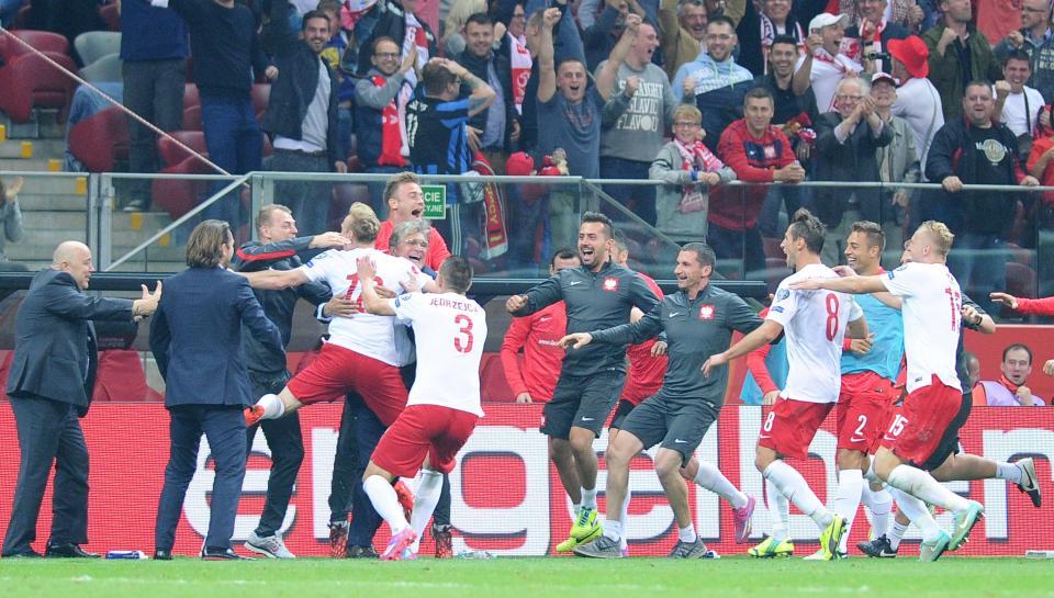 Szalona radość Sebastiana Mili (strzelca gola na 2:0), piłkarzy i sztabu trenerskiego. Mila ląduje w ramionach selekcjonera Adama Nawałki.