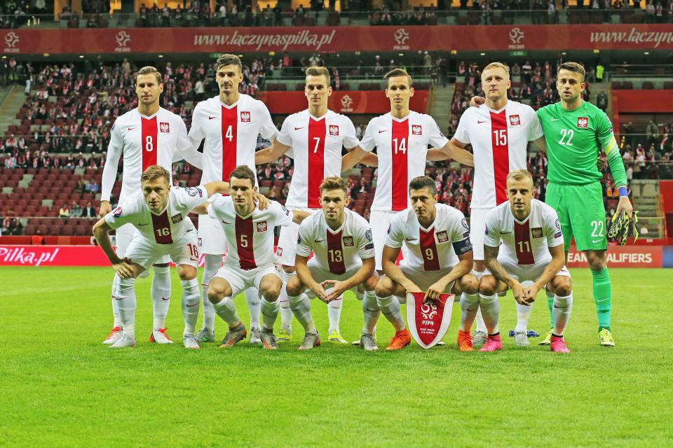 Reprezentacja Polski (w białych strojach z pionowym czerwonym pasem pośrodku) przed meczem z Gibraltarem. Bramkarz Łukasz Fabiański ubrany w zielony strój.