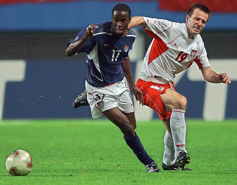 Maciej Żurawski walczy o piłkę z reprezentantem USA DaMarcusem Beasleyem.