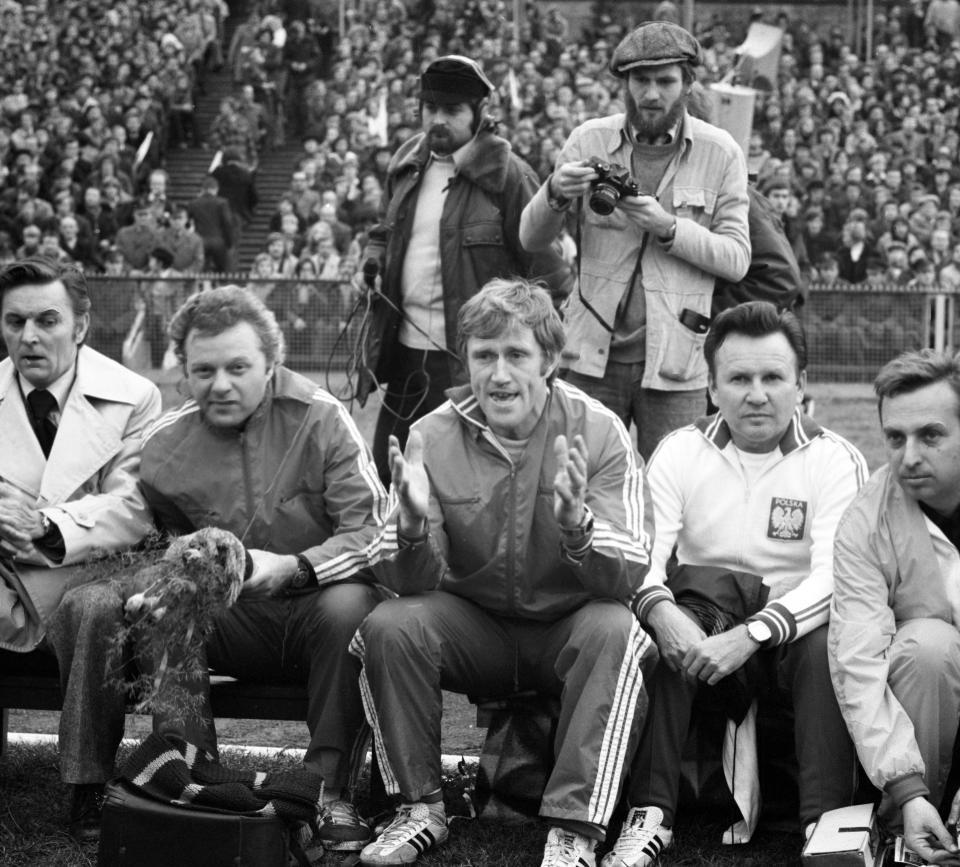 Jacek Gmoch na ławce trenerskiej podczas meczu z Cyprem.