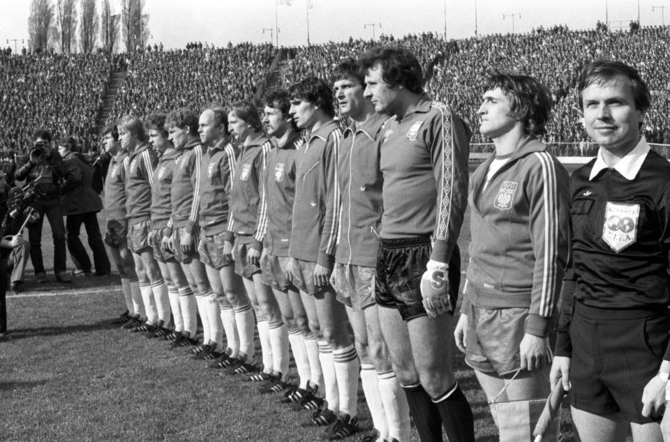 Reprezentacja Polski podczas hymnu przed meczem z NRD w Chorzowie.