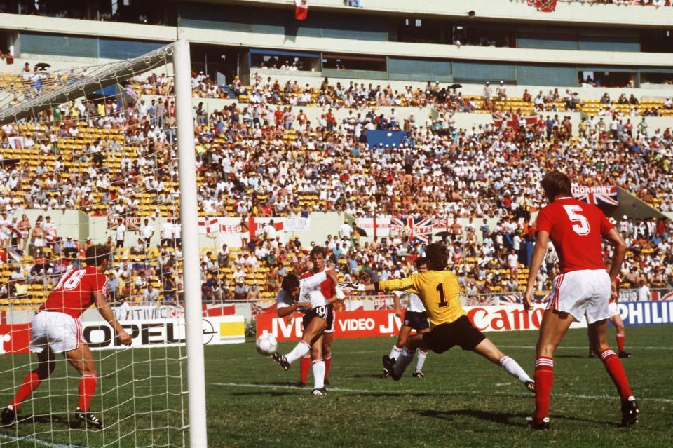 W ten sposób zaledwie po 36 minutach pierwszej połowy Gary Lineker skompletował hat-tricka w meczu z Polską. W tej sytuacji Anglika nie zdołali powstrzymać Krzysztof Pawlak (18), Józef Młynarczyk (1) i Roman Wójcicki (5).