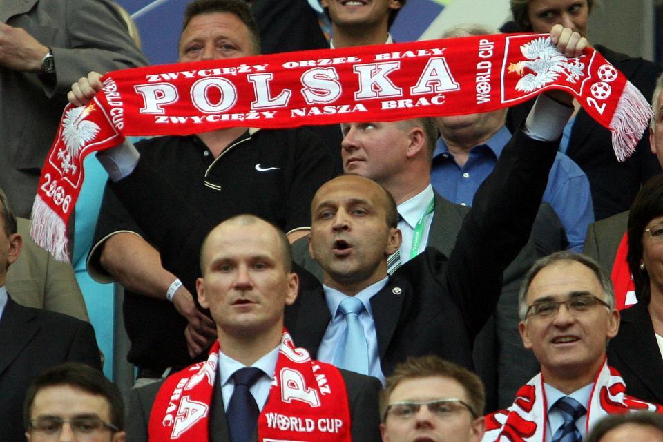Premier Kazimierz Marcinkiewicz z szalikiem reprezentacji Polski podczas meczu z Ekwadorem na mundialu 2006.
