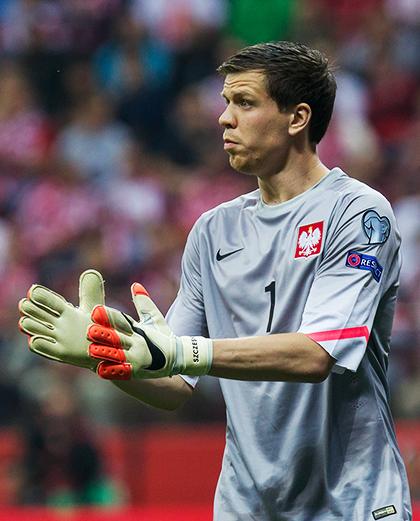 Wojciech Szczęsny, bramkarz reprezentacji Polski - w szarej bluzie, z orzełkiem na piersi.