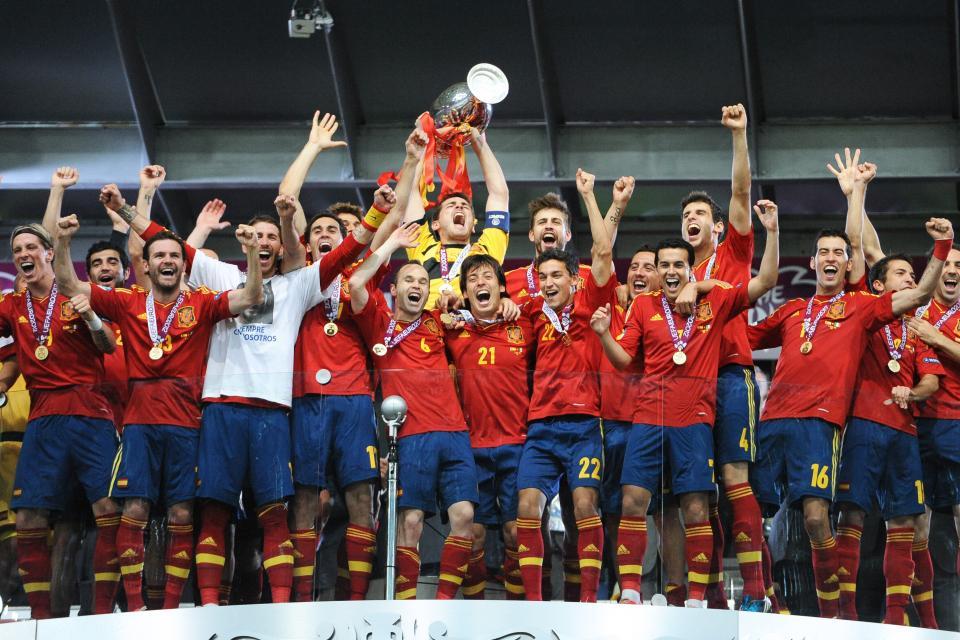 Reprezentacja Hiszpanii z pucharem mistrzostw Europy.