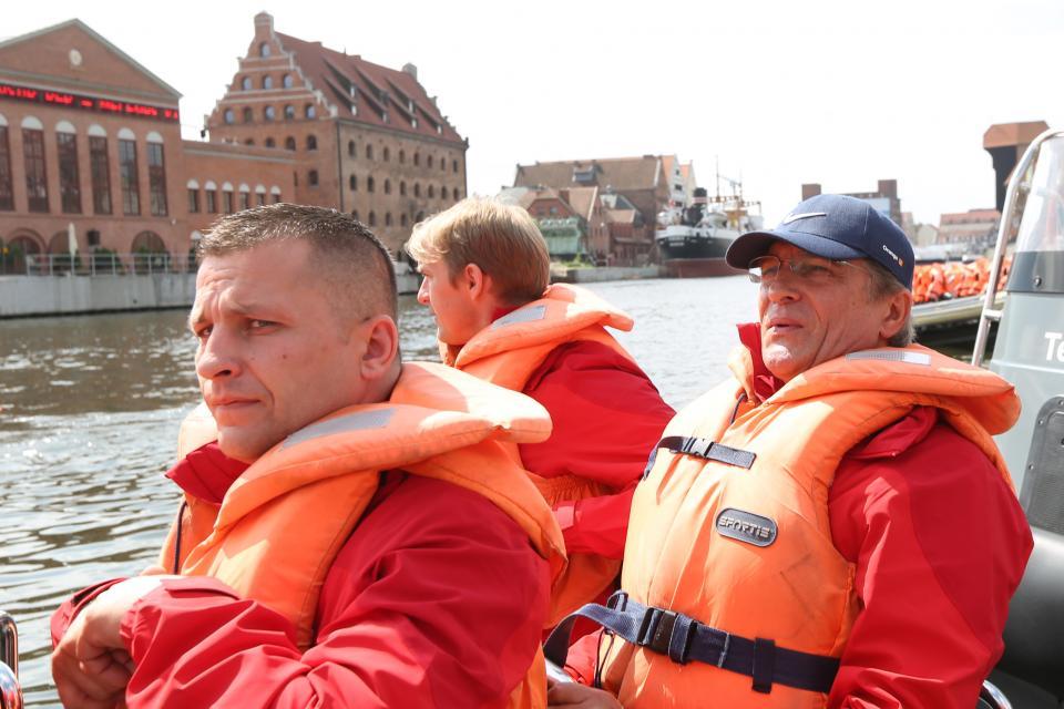 Selekcjoner Adam Nawałka na pontonie podczas wyprawy integracyjnej z kadrowiczami w 2014 roku.
